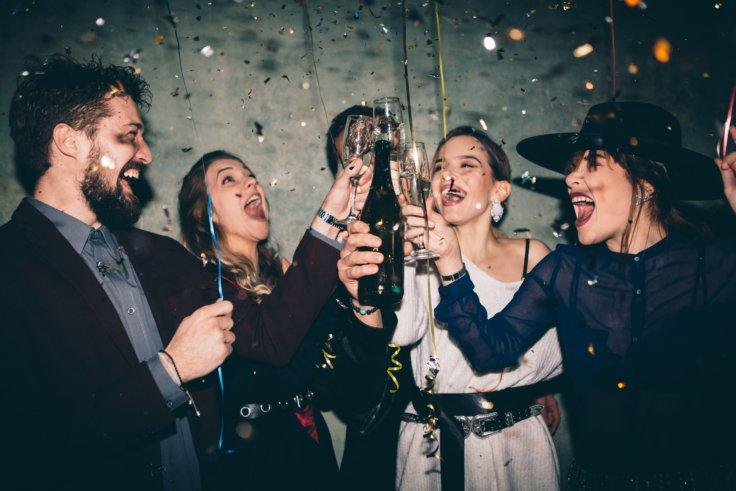 Eine Truppe von Leuten, die eine Geburtstagsparty feiern